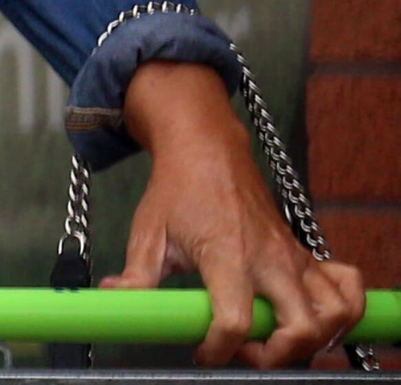 英媒聚焦:左手的婚戒已经摘失踪