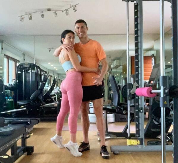 C罗与女友健身房自拍 赤裸上身展现劲爆肌肉