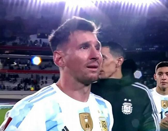 梅西哭了!2万球迷见证他举起美洲杯  泪止不住