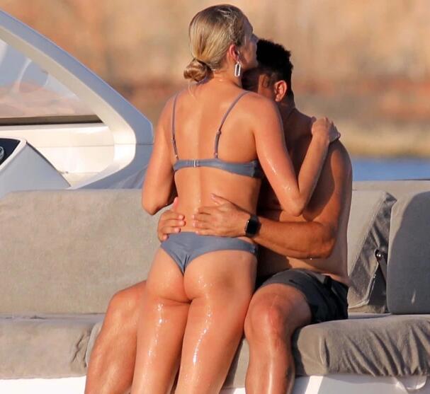大罗与小女友乘游艇嬉戏 大腹便便v曲线动人