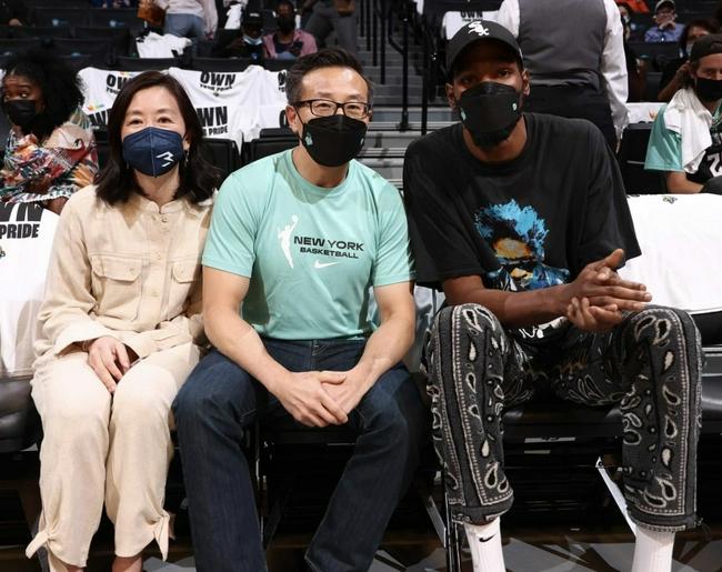 杜兰特现场观战WNBA 与老板蔡崇信夫妇合影