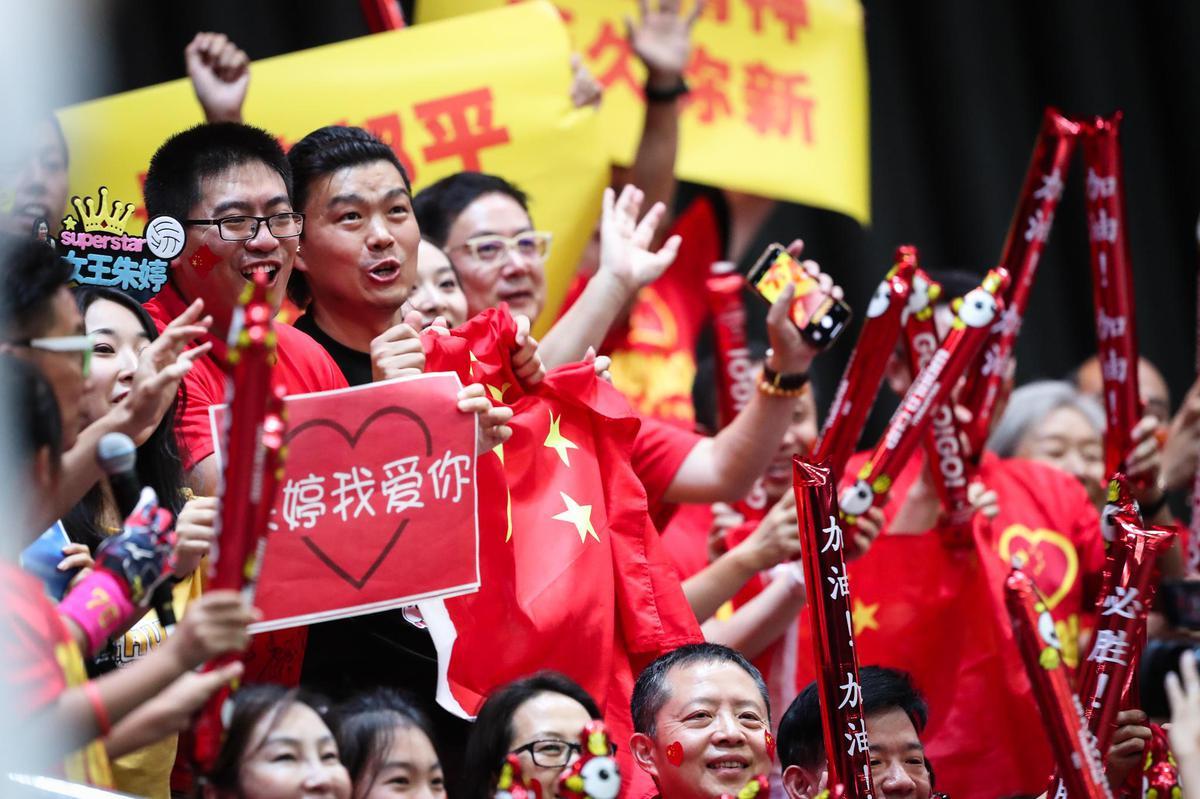 Chinesefanssupportingtheirteam