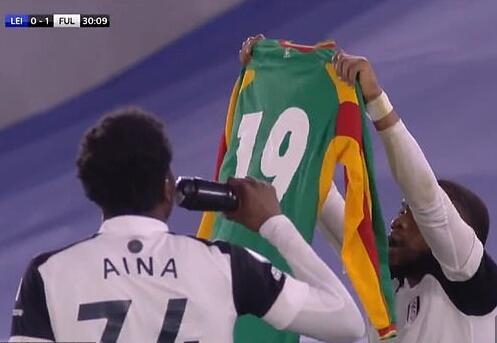 英超感人一幕 进球后举起这球衣 向去世球星致敬