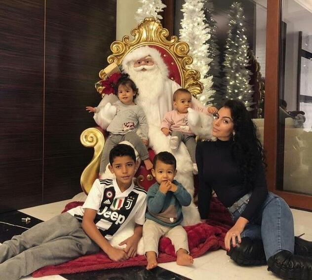 C罗的女伴和四个孩子:女友乔治娜、8岁的幼克里斯蒂亚诺、1岁半龙凤胎马特奥和伊娃、1岁女儿阿拉娜
