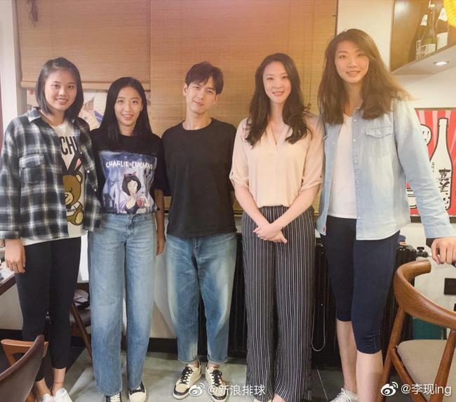 李现晒与中国女排队员合影:你们是我们的骄傲!
