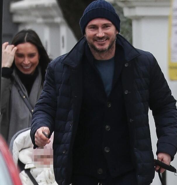 兰帕德卸任后心宽体胖 与妻子街头漫步开怀一笑
