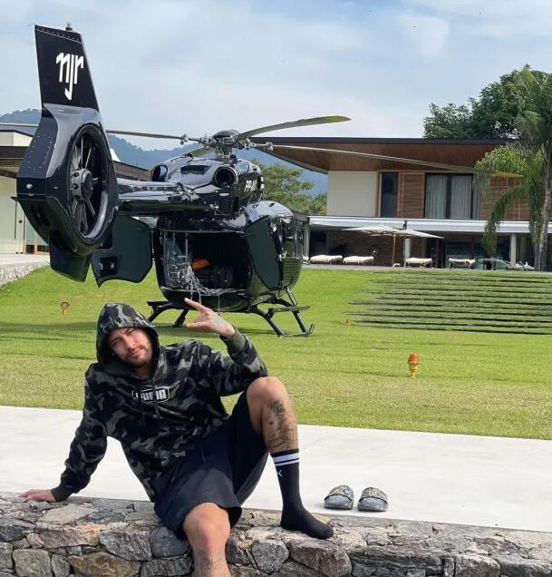 内马尔发图展示新玩具 私人直升机 价值千万英镑