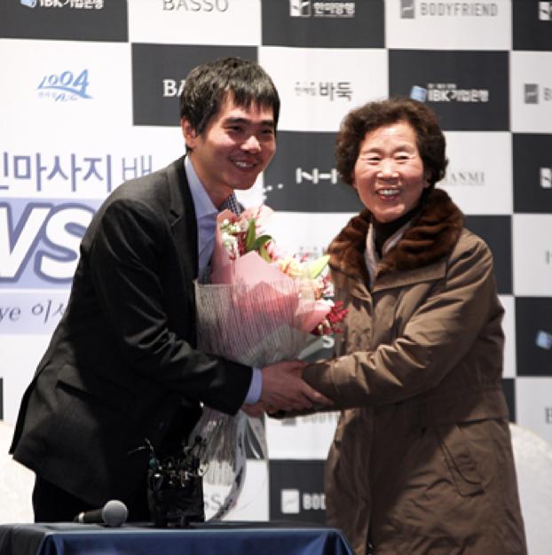 ▲ 李世石从母亲的手中接过鲜花