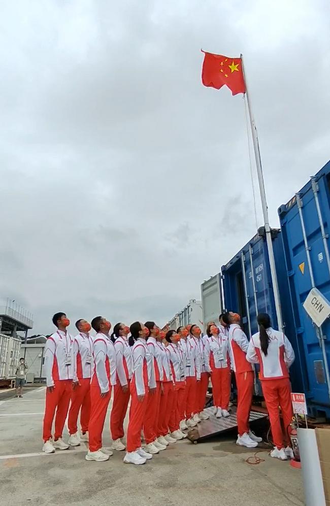 帆船帆板队东京举行升旗仪式 国歌响彻江之岛码头