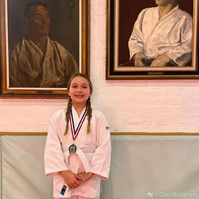 贝克汉姆分享喜讯:10岁小七获得柔道比赛银牌