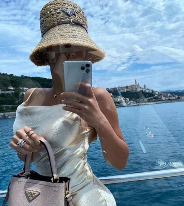 C罗女友炫耀超大钻戒:魔镜 魔镜 谁是最美女人