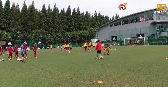 武磊发布教小球员踢球vlog:未来路很长一起加油!
