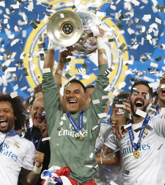 纳瓦斯举起欧冠奖杯