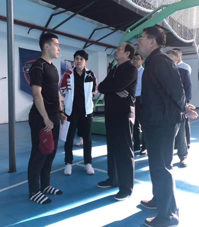 苟仲文局长、王濛与来自新疆的运动员交流体能训练情况