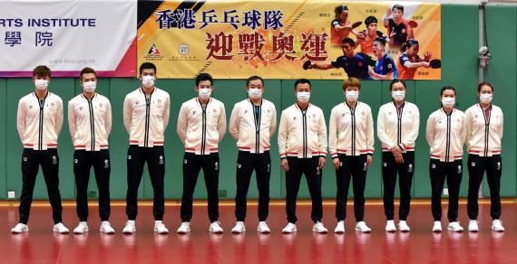 中国香港乒乓球队成员合影。新华社记者卢炳辉摄