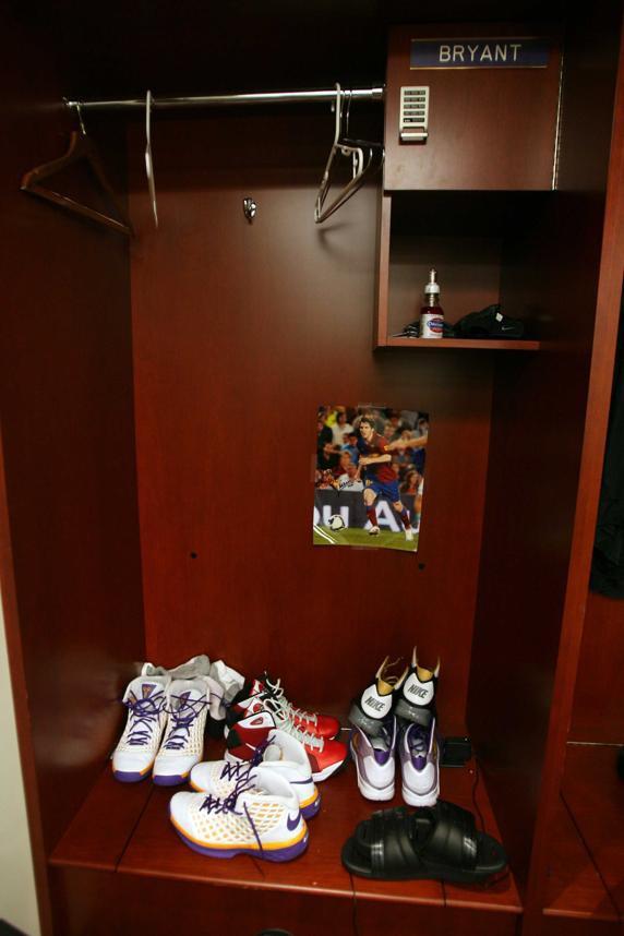 科比更衣室的柜子里,贴有梅西的签名照