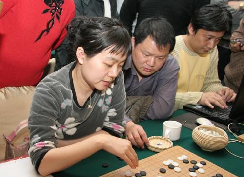 常昊夫人张璇关注棋局进程