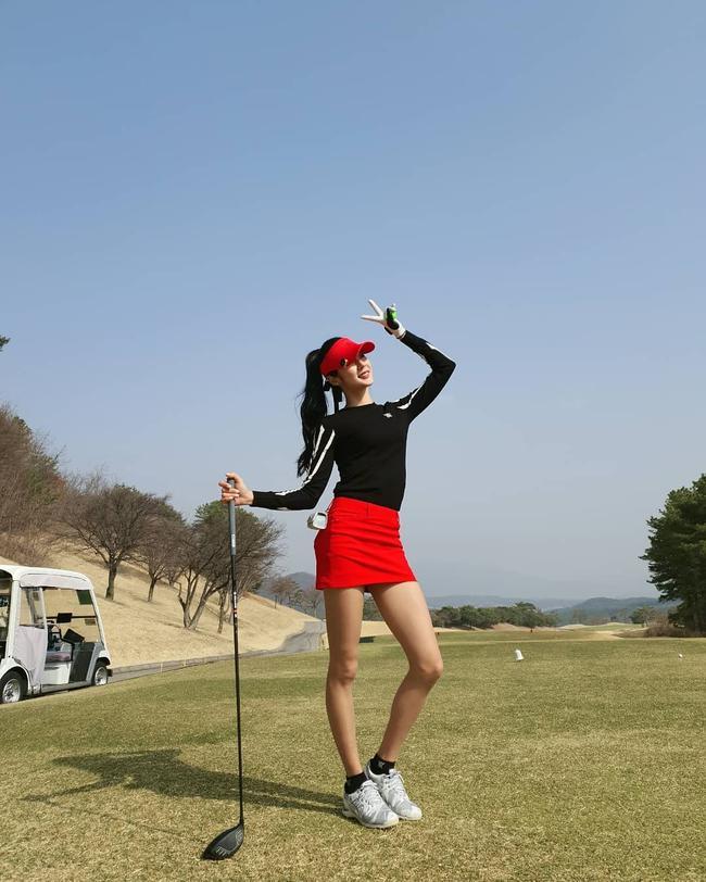身穿Anew Golf服饰打球的球友