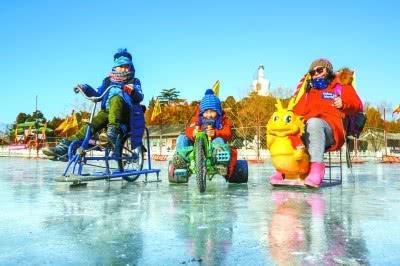 北海公园荷花湖冰场达到盛开条件,迎来始批游客。
