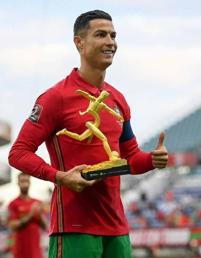 C罗迟来的奖项 赛前领取欧洲杯最佳射手奖