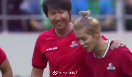 记者:有球迷骂李铁的点是他吹头发 就很神奇!