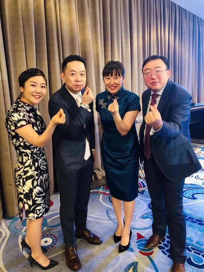 孙晋与刘晴川(左二)和其他做事同伴在公司年会上相符影