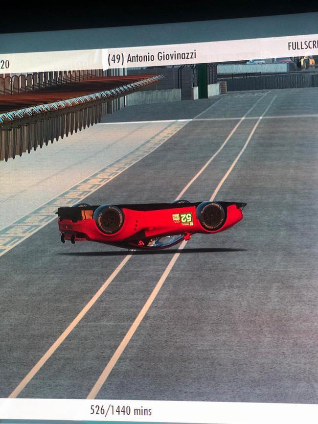 勒克莱尔的赛车倒在修茸区通道上