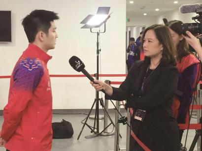 国际乒联亚洲媒体主管周详(右)赛后采访樊振东
