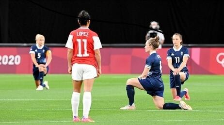 三支奥运女足赛前单膝下跪抗议 国际奥委会允许了