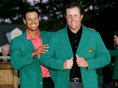 伍兹为米克尔森披上绿夹克