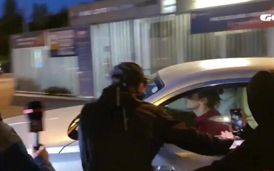 巴萨球迷拦车怒骂格列兹曼:你要尊重梅西!
