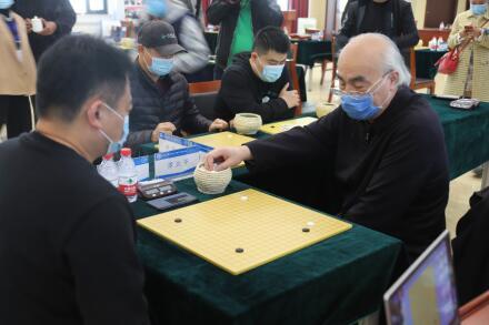 原北京棋院副院长、中信北京队主教练谭热午职业七段进走一对三的请示棋。