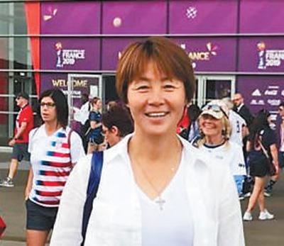 高红:1967年出生于江苏泰兴,中国女足运动员。作为中国女足门将,高红随队获得1996年亚特兰大奥运会和1999年女足世界杯亚军。2013年至2017年,高红出任国家U16(16岁以下)女子足球队主教练。