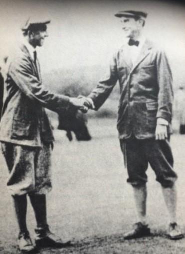 杰里·特拉弗斯(右)赛后和威梅特握手