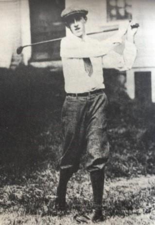 16岁的威梅特在家后院挥杆