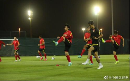 国足官方:除了明天 28名球员全部出现在训练场