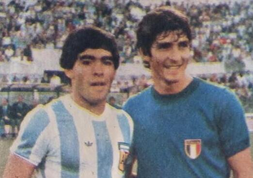 1982年世界杯,罗西与马拉多纳合影
