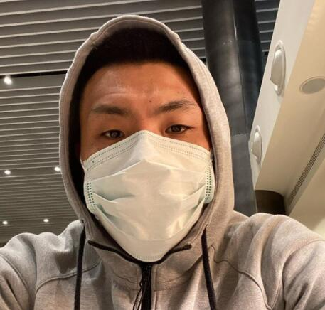 王大雷晒带口罩自拍 将与鲁能在迪拜会合开启冬训