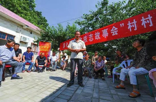 图为淳化县秦庄村贫困户孙天勋讲述自己自强自立率先脱贫的故事。资料照片