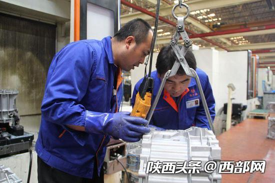 李锋与同事讨论产品问题。