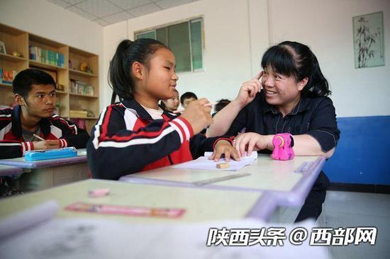 张小侠在给孩子上课。
