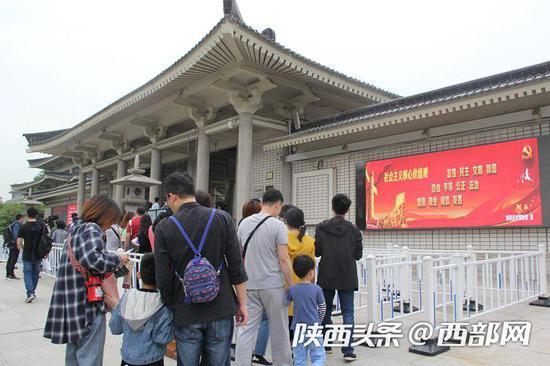 游客排队参观陕历博。