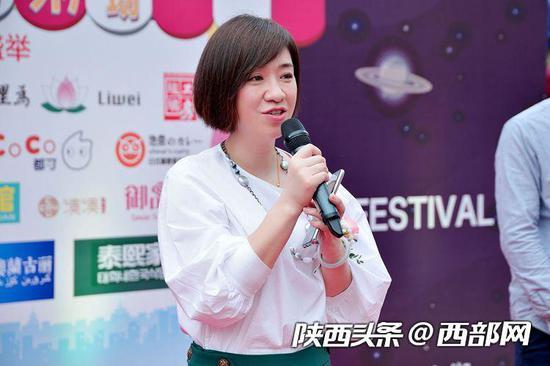 汉神购物广场经营负责人崔玮介绍美食节情况。