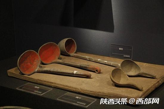 陶案和陶勺,陶勺内部为出土时保留的染色。