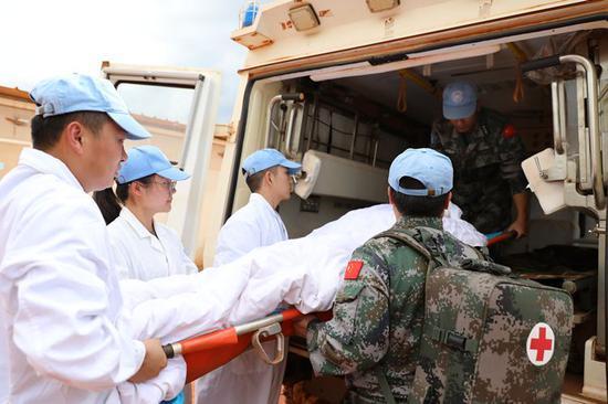 2019年3月8日,中国第九批赴南苏丹维和医疗分队为联合国军事观察员培训急救技能。