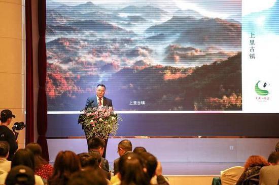 雅安市文化体育和旅游局副局长孟水明进行旅游推介