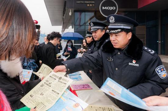 """全省公安机关开展""""远离黄赌危害""""宣传月活动。"""