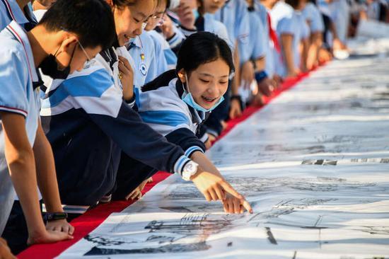 西安建大百余师生共绘百米长卷献礼建党百年