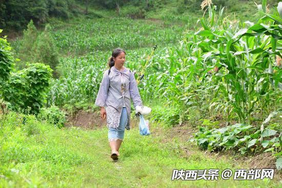 2018年夏季,陈金兰干完农活正在回家的路上。