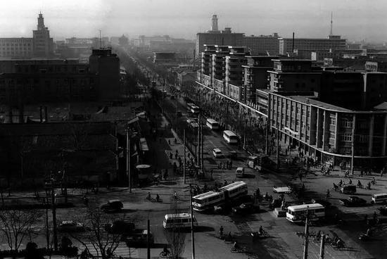20世纪90年代,西安市北大街十字,西南角为北大街商场。秦岭摄